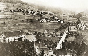 Das Unterdorf um 1880: Die Bahn ist noch nicht gebaut. Auch die Freudenstädter Straße existiert noch nicht. An der Forbachstraße stehen nur vereinzelt Häuser. Quelle: E. Martl AK Jürgen Morlok.