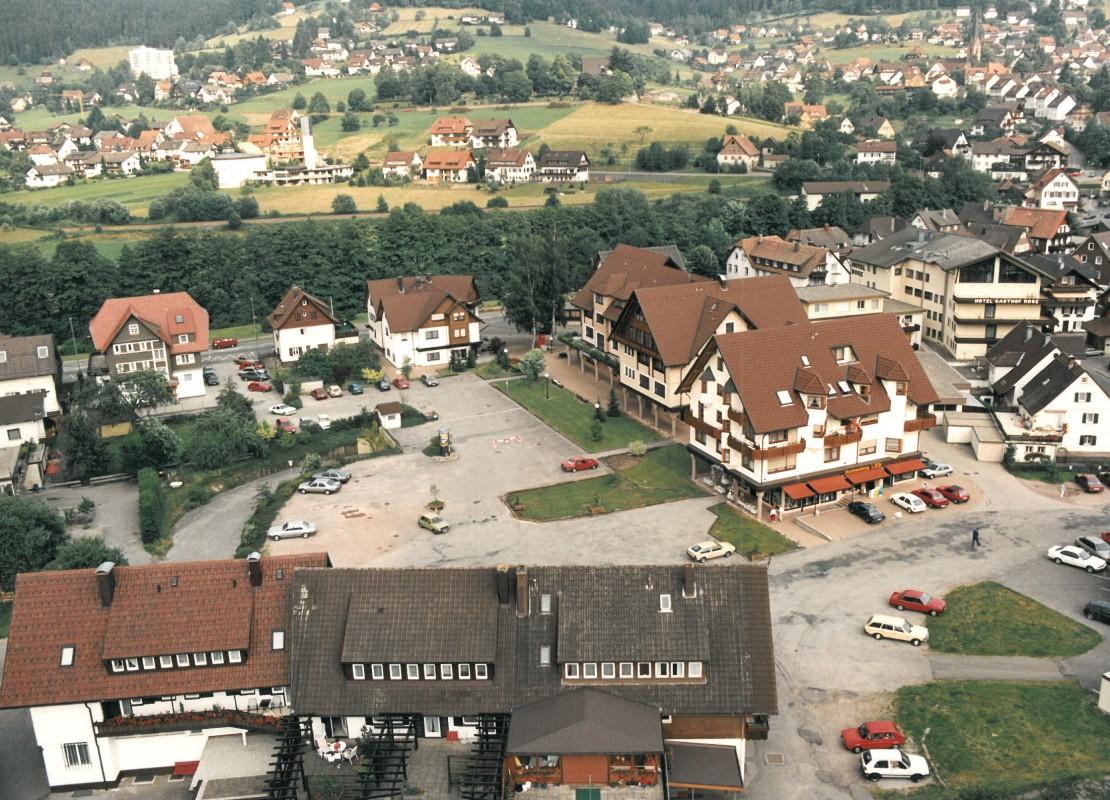 Als der Rosenplatz noch ein großer Platz war: Das Foto von 1990 ist eine der letzten Aufnahmen bevor das Areal bebaut wurde. (Quelle: Gemeinde Baiersbronn)